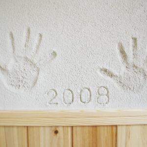 新築の記念に手型や日付などを入れられてはいかがでしょうか。